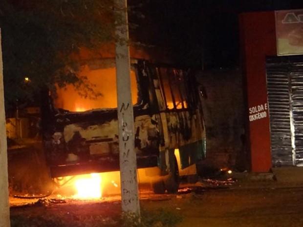 brumado notícias; ônibus incendiado; bahia (Foto: Wilker Porto / Brumado Notícias)