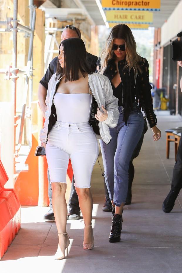 Kim e Khloe Kardashian exibem curvas bem sensuais em almoço nos EUA (Foto: X-17)