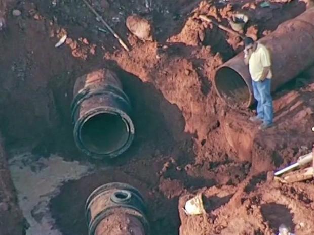 Cano de adutora da Caesb rompido em Vicente Pires, no Distrito Federal (Foto: TV Globo/Reprodução)
