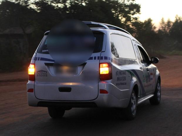 Carro da funerária chegando no local do conflito com corpo do indígena (Foto: Gabriela Pavão/G1 MS)