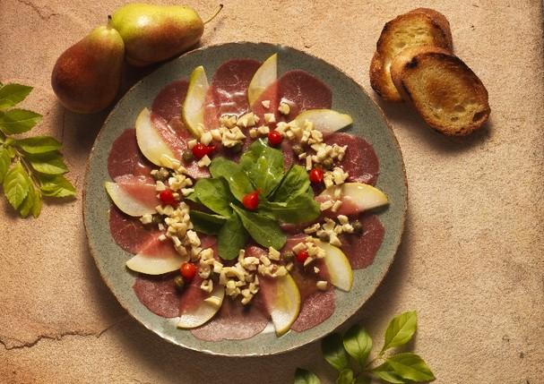 Carpaccio de carne e peras (Foto: Divulgação)