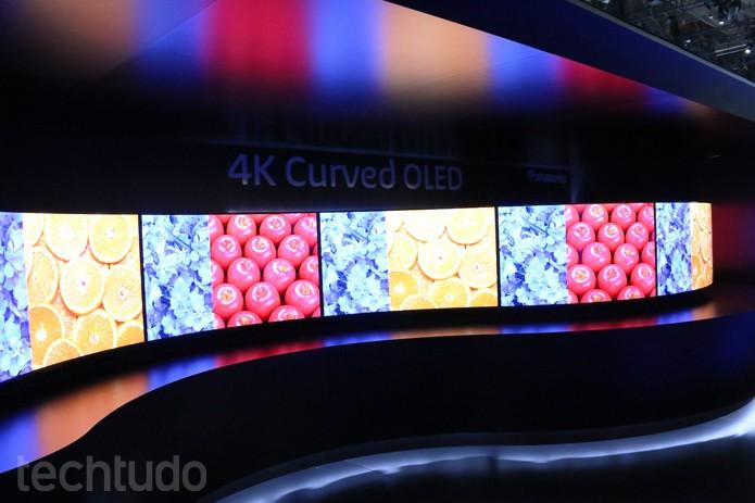 Panasonic exibiu TVs 4K com tela flexível para ambos os lados (Foto: Fabrício Vitorino/TechTudo)