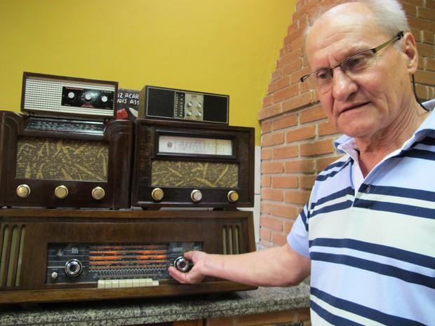 João ouvindo um dos rádios que consertou (Foto: Mariane Rossi/G1)