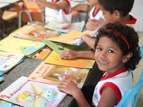 Estudante escolhe um livro durante o Dia Temático (Foto: Divulgação/Thiago Gaspar)