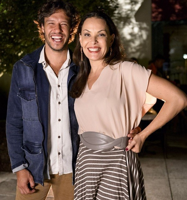 """Nando num intervalo de gravação com Carolina Ferraz: """" (Foto: Ramon Vasconcellos/ TV Globo)"""
