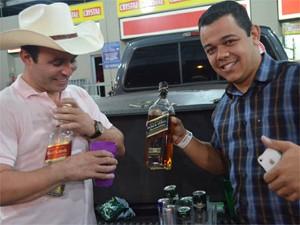O vendedor do Paraná, Alisson Rocha (direita) e o amigo Rodrigo André Pinto, de São José do Rio Preto (Foto: Rodolfo Tiengo/G1)