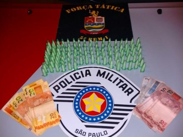 Adolescente é detido com drogas em Taubaté, SP (Foto: Divulgação/Polícia Militar)