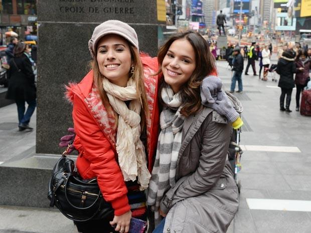 Tatá Werneck e Bruna Marquezine posam nas ruas de NY (Foto: Zé Paulo Cardeal / TV Globo)