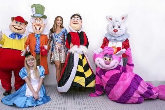 Ivete e alguns personagens da festa Chá da Alice  (Foto: Divulgação)