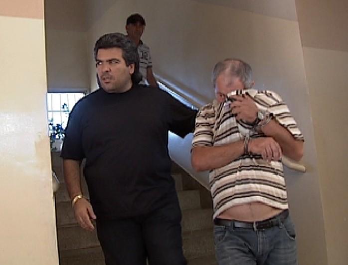 Suspeito foi detido junto com moto e arma usada no crime, segundo policia (Foto: Reprodução / TV Tem)