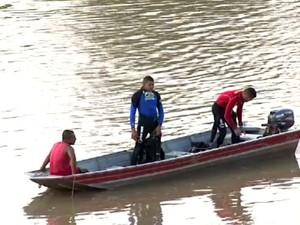 Bombeiros iniciaram buscas por homem desaparecido ainda no sábado (29) (Foto: Reprodução TV Acre)