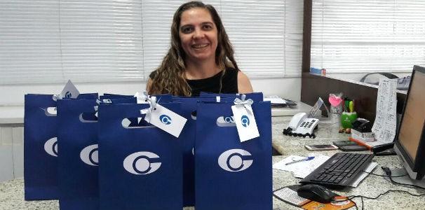 Executiva de vendas da TV Gazeta recebe kits para distribuição (Foto: Divulgação/ Marketing TV Gazeta)