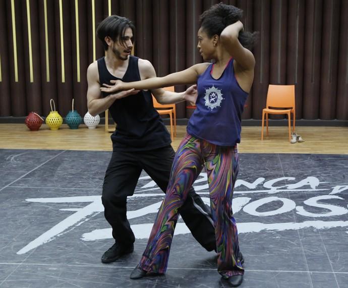 Negra Li e professor Edgar Fernandes em ensaio (Foto: Fábio Rocha / Gshow)
