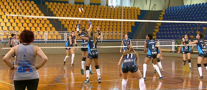 Treino do time de vôlei feminino de Araraquara - 2014 (Foto: Paulo Chiari/EPTV)