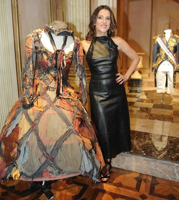 Ingrid Guimarães, que interpreta a atriz portuguesa Elvira, posa ao lado de um de seus figurinos na novela (Foto: TV Globo/ João Miguel Jr)