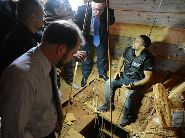 Delegados entraramna casa após monitorar local suspeito (Foto: Rodrigo Ziebell/SSP/Divulgação)