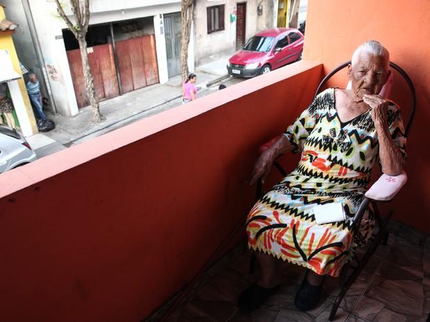 Aos 113 anos, Maria Cândida passa o dia sentada na varanda de sua casa em Cangaíba, na Zona Leste (Foto: Fábio Tito/G1)