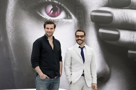Jeremy Piven (à direita) e Gregory Fitoussi no 53º Festival de Televisão de Monte Carlo. (Foto: AFP PHOTO / VALERY HACHE)
