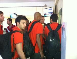 Jogadores do Inter se preparam para embarque em Juazeiro (Foto: Fernando Becker / RBS TV)
