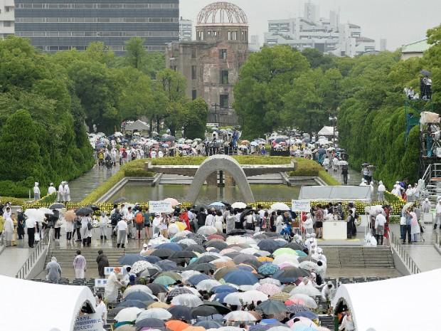 Pessoas se reuniram em frente ao monumento que relembre ataque nuclear contra Hiroshima (Foto: Toru Yamanaka/AFP Photo)