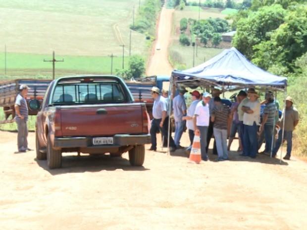 Grupo protesta em rodovia na Região Noroeste do Rio Grande do Sul (Foto: Reprodução/RBS TV)