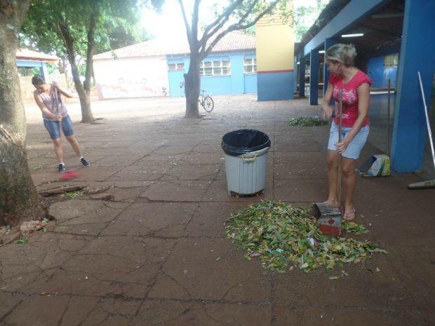 Limpeza na Escola Municipal Professor Licurgo de Oliveira Bastos (Foto: Soráia Inácio (Arquivo Pessoal))