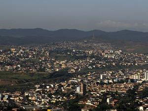 Vista da cidade de Itabira do alto do Pico do Amor. (Foto: Rogério Reis / Tyb)