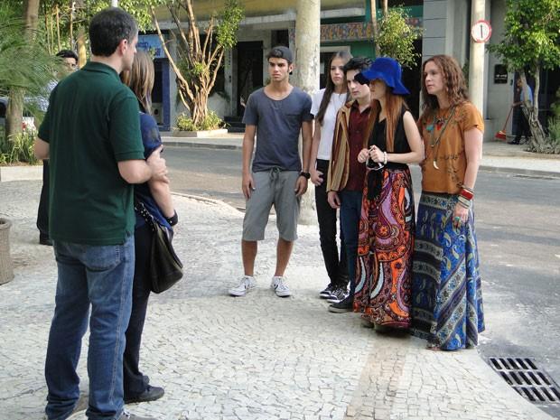 Lia volta para casa e a galera corre para saber se está tudo certo com a garota (Foto: Malhação / Tv Globo)