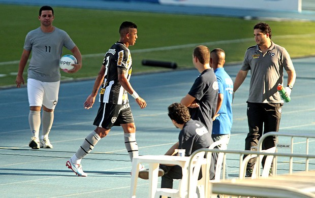 Antônio Carlos deixa a partida do Botafogo machucado (Foto: Urbano Erbiste / Agência O Globo)