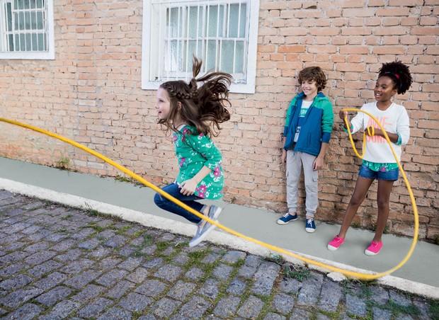 Brincadeiras que envolvem atividades físicas combatem a obesidade e exercitam as habilidades motoras  (Foto: Divulgação)