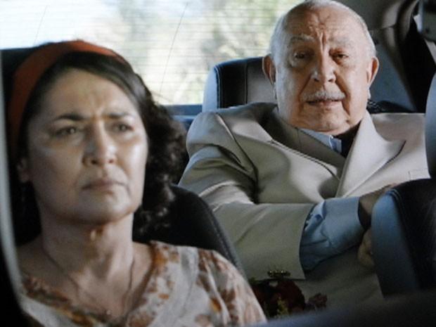 Dionísio pede para Maria Adília manter segredo sobre paternidade de Candinho (Foto: Flor do Caribe / TV Globo)