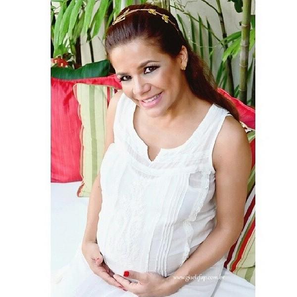 Nivea posa para foto e exibe a barriga de grávida (Foto: Gisele Fap (Reprodução/Instagram))