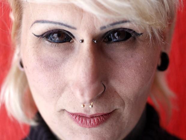 Leticia pagou R$ 1 mil para pintar o branco dos olhos  (Foto: Fabio Rodrigues/G1)