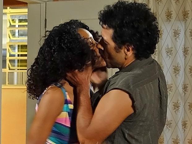 Penha não resiste e fica toda derretida com beijo de Sandro (Foto: Cheias de Charme / TV Globo)