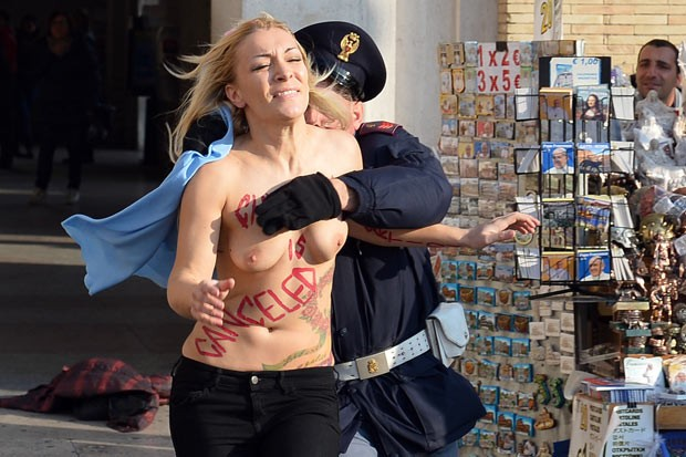 Ativista seminua protesta a favor do aborto no Vaticano (Foto: AFP)