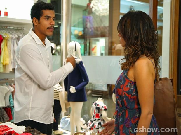 Jairo se estressa em loja e deixa Juliana sozinha (Foto: Carol Caminha/ TV Globo)