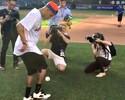 Em Nova York, Neymar vai a jogo de beisebol e arrisca rebatidas