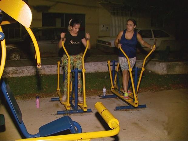 Moradores usam academia em praça no escuro sem iluminação pública em Cristais (Foto: Reprodução EPTV)