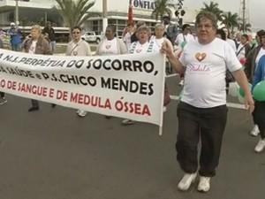 Cerca de 70 pessoas caminharam por dois quilômetros até o hemonúcleo (Foto: Reprodução/TV Tem)