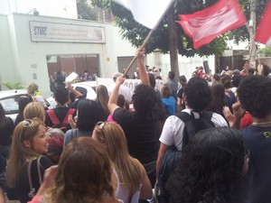 Protesto passa em frente a sede do sindicato dos servidores municipais (Foto: Virgginia Laborão / G1)