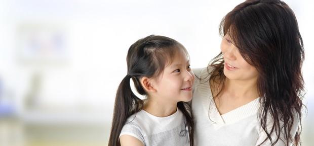 Mãe abraçando filha (Foto: Shutterstock)