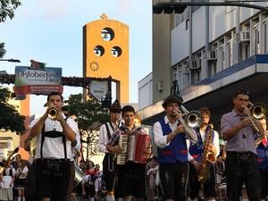 Desfile foi de encerramento da Oktoberfest (Foto: Marcelo Martins/Divulgação)