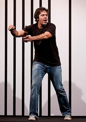 "Bruno Mazzeo vive seis personagens no monólogo ""Sexo, Drogas e Rock'n'roll"" (Foto: Paula Kossatz)"