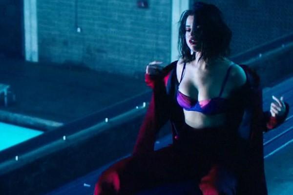 Selena Gomez em videoclipe de Wolves (Foto: Reprodução)
