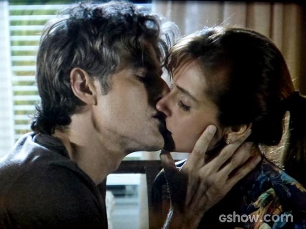 Clara e Cadu curtem momento de romance entre eles (Foto: Em família / TV Globo)