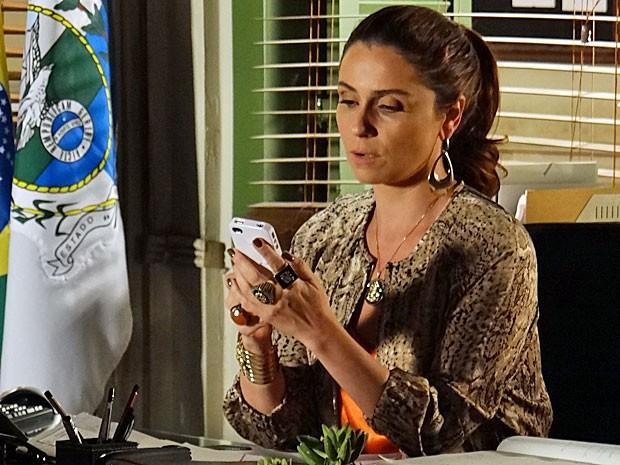 Helô fica intrigada com a foto que Érica e Márcia fizeram (Foto: Salve Jorge/TV Globo)
