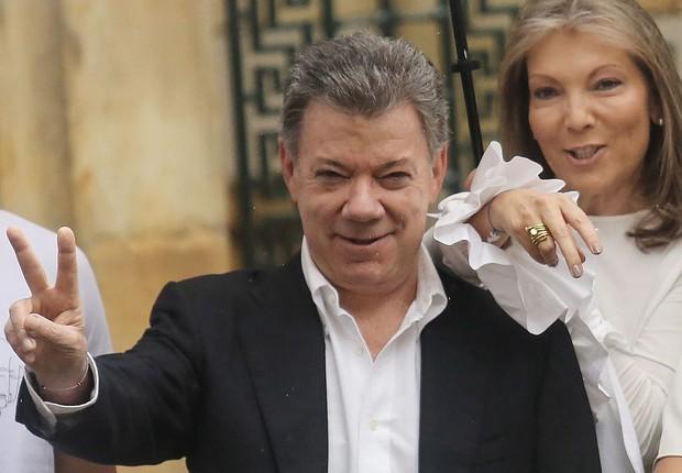 O presidente colombiano Juan Manuel Santos e sua mulher, Maria Clemencia Rodriguez, votam no referendo do acordo de paz com as Farc (Foto: Mario Tama/Getty Images)
