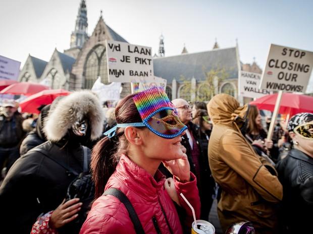 Prostitutas fazem protesto contra fechamento de vitrines em Amsterdã. na Holanda (Foto: Robin Van Lonkhuijsen/ANP/AFP)