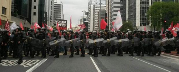 Policiais militares acompanham a manifestação na Avenida Paulista (Foto: Gabriela Gonçalves/G1)