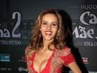Leona Cavalli usa vestido decotado em pré-estreia